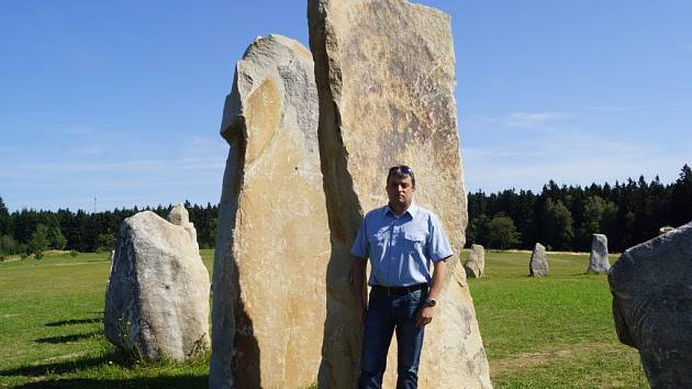 Na louce za Resortem Svatá Kateřina u Počátek vnik-la nová turistická zajímavost Kamenný kruh druidů.