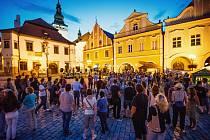 V rohu pelhřimovského Masarykova náměstí před Šrejnarovským domem se vydařené letní koncerty konaly loni poprvé. Organizátoři letos program rozšířili, od 19 hodin se tady bude muzicírovat hned šestkrát a přibude i jedno taneční vystoupení.