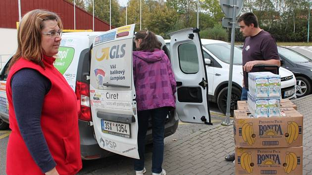 Zaměstnanci Oblastní charity Pelhřimov převzali potraviny darované do charitativní sbírky.