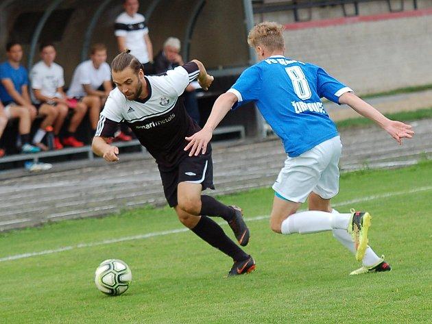 Pelhřimovský Pavel Benda (vlevo) odehrál skvělý zápas. Byl u všech zásadních momentů ve druhém poločase.
