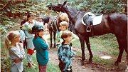 V létě roku 1999 vyrazily skautky ze sedmého dívčího oddílu Činčapi anpetu wi na Březí u Kamenice nad Lipou, kde se povozily na koních.