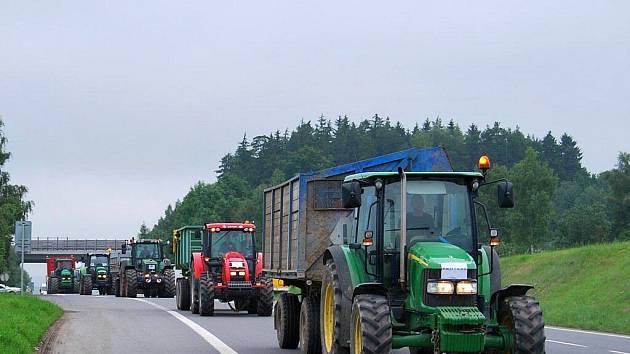 Zemědělci blokovali u Humpolce nájezd na dálnici D1