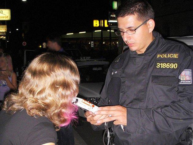 Policisté navštívili bary a diskotéky, aby zkontrolovali, zda se dodržuje zákaz podávání alkoholických nápojů nezletilým osobám.