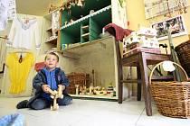 Charitní obchůdek Dobromysl, který tamní farní charita otevřela v Kamenici nad Lipou v pátek 1. července, nebývá dlouho prázdný.