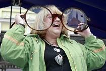 Festival rekordů a kuriozit každoročně zaplní pelhřimovské náměstí. Letos byly k vidění například i obří brýle pro zpěvačku Naďu Urbánkovou.