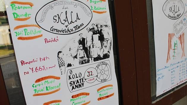 V Černovicích se každým rokem vracejí k ručně malovaným plakátům.