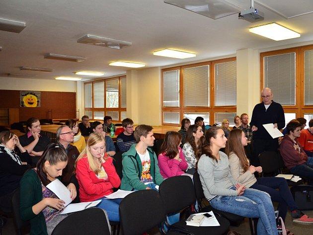 Na pelhřimovském gymnáziu se včera debatovalo na téma Život potom, holocaust očima potomků přeživších.