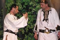 Herci z ochotnického divadla Rynárec dokáží své hry zábavně a poutavě podat. O představení s názvem Dívčí válka, které nyní zahrají v Lesné, byl velký zájem už při předprodeji lístků. Pokud se dnešní akce ujme, je možné, že nebude poslední svého druhu.