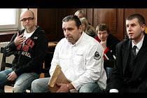 Obžalovaní Jiří Vacíř, Rudolf Mojžíš a Jan Jüptner se zpovídají z nezvykle rozsáhlé obžaloby. První soudní přelíčení trvalo bezmála šest hodin, během nichž soudce Jiří Zach nestihl ani vyslechnout všechny tři muže.