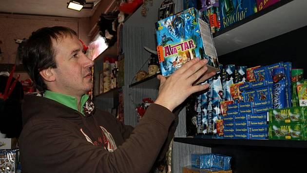 Zábavní pyrotechniku lze v dnešní době koupit téměř na každém rohu. Jaromír Kašpar z Pelhřimova je autorizovaným prodejcem pyrotechniky. Tu by lidé neměli kupovat u stánků na tržištích, i když zboží u stánků splňuje všechny podmínky k prodeji,