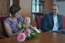 Prvního občánka Humpolce přivítali zástupci tamní radnice kvůli koronaviru se zpožděním.