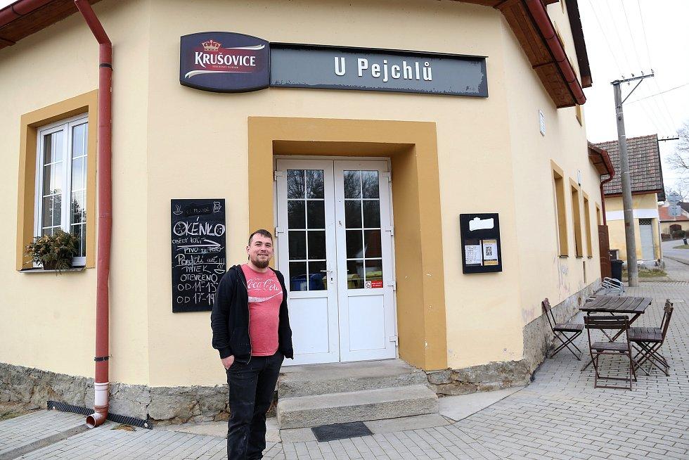 Martin Šimeček vydává v hostinci U Pejchlů v Mnichu obědy přes okýnko.