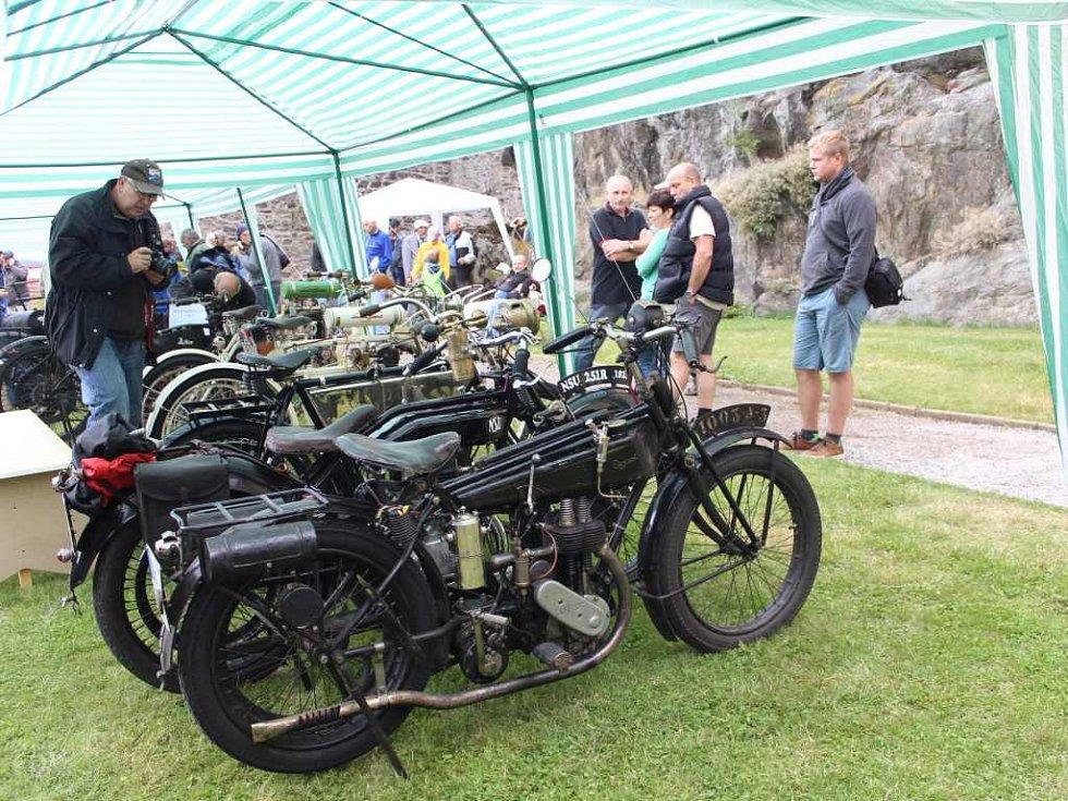 Na hradě Kámen se sešli milovníci motorových strojů.