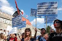 K protestnímu pochodu policistů Prahou se kromě hasičů a zdravotníků přidali například pracovníci katastrálního úřadu. Začátek byl na Letné