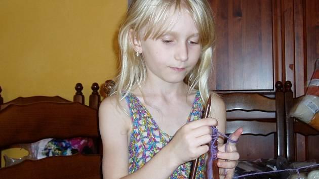 Devítiletou Nikolu Ďurovičovou pletení baví. Klidně u něj vydrží i pět hodin denně.