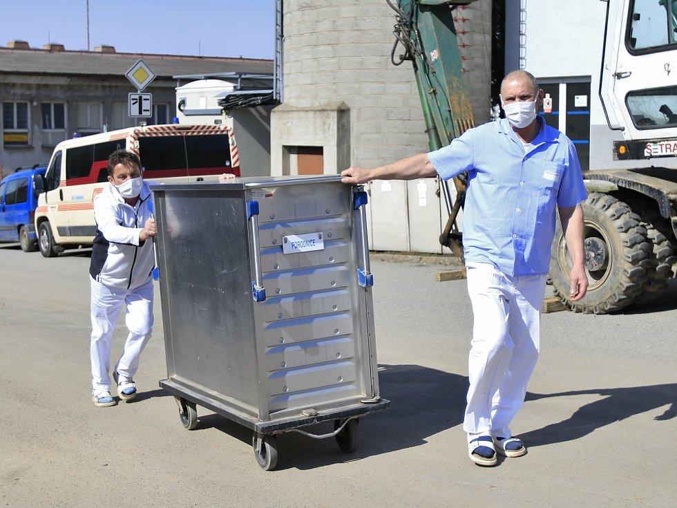 Na některá oddělení teď musí zaměstnanci Nemocnice Pelhřimov rozvážet obědy ručně.