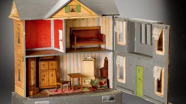Zámek obléhají domečky a pokojíčky pro panenky z doby od 2. poloviny 19. století do 30. let 20. století.