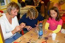 Zkusit si vyrobit svůj vlastní šperk přišly ženy i dívky do pelhřimovské knihovny.