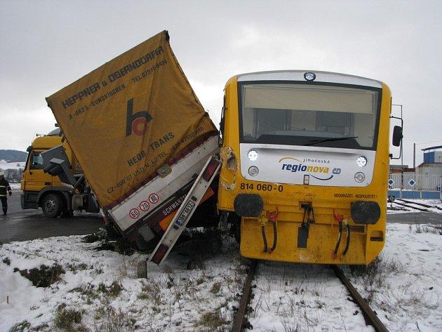 Srážka vlaku s kamionem u ZZN mezi Pelhřimovem a Rynárcem