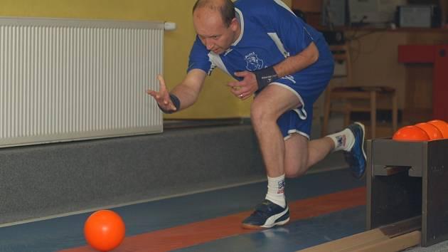 Jan Bureš výkonem 451 kuželek dostal Žirovnici do vedení 3:2, ale po derby nakonec slavil zisk bodů Častrov.