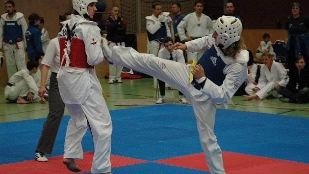 Ačkoliv Roman Sedlák (vpravo) bojoval většinou proti držitelům vyšších pásků, moc nechybělo, aby juniorskou kategorii do 68 kilogramů vyhrál.