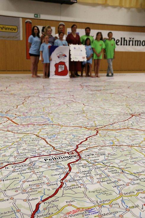 Složit mapu republiky z 5060 dílků puzzle trvalo sedmi školákům a čtyřem dospělým z nadačního fondu Děti bez mobilu téměř tři hodiny.