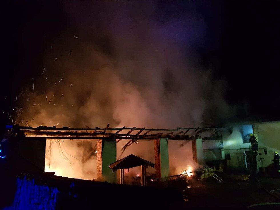 V Častrově na Pelhřimovsku ve čtvrtek v noci krátce před druhou hodinou zachvátily plameny stodolu.
