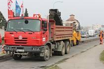 Stavební ruch v pondělí zavládl na průtahu Pel-hřimovem v úseku od vlakového nádraží k viaduktu.