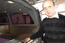 Zesnulí si zaslouží komfort i při přepravě. Proto má Jaromír Doležal jako jeden z mála v pohřebním voze elektrická světýlka, kterým říká hvězdičky, ty při převozu nebožtíkům svítí nad rakví.
