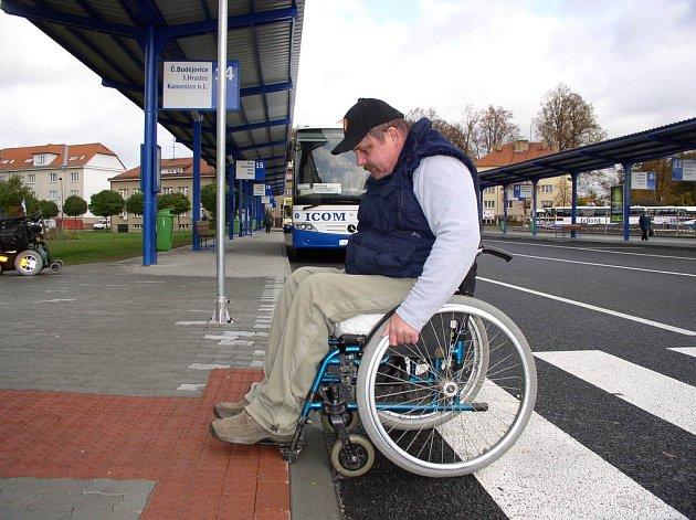 Neotesané nájezdy na pelhřimovském autobusovém nádraží dokážou vozíčkáře pozlobit. Jan Homolka má potíže i v některých dalších, již upravených ulicích.