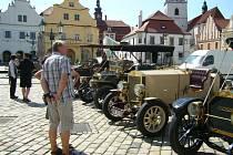 Historické automobily se zastavily v Pelhřimově.