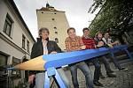 V pondělí v Pelhřimově nechybělo představení unikátního exponátu – největší pastelky u nás, která má na délku 570 centimetrů a průměr 22 centimetrů.