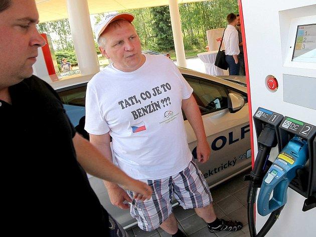 Než je elektromobil úplně nabitý, uplyne zhruba třicet minut. U nabíjecí stanice u Vystrkova (na snímku) jsou vítány všechny typy elektromobilů.