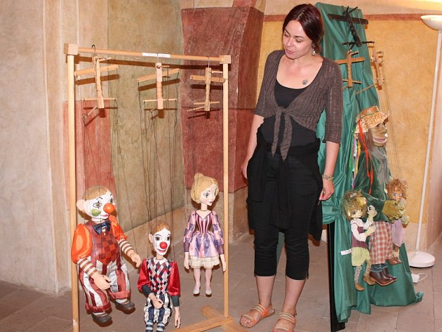 Chaloupka na vršku a jiné pohádky z ateliéru Šárky Váchové. Přesně to je název zajímavé výstavy, která je po celý červen k vidění v žirovnickém zámku.