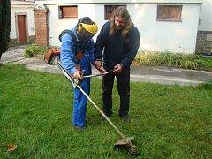Jednou z možností chráněných dílen Fokusu je také práce na údržbě zeleně.