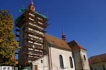 Opravovaný kostel v Novém Rychnově.