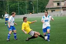 Humpolecký David Holoubek (vlevo) v nastaveném čase rozhodl z penalty utkání s Pohledem.