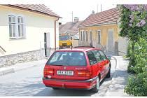 Jedné z nejfrekventovanějších ulic v Pacově, Pošenské ulici, po které přijíždí do města většina řidičů od Pelhřimova, citelně chybí část chodníku. Lidé tak každý den riskují, že je srazí auto.