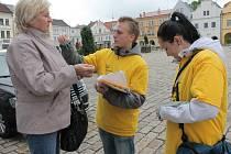Dvaceti korunami včera dobrovolníkům přispěla i Jiřina Dubnová ze Želiva.