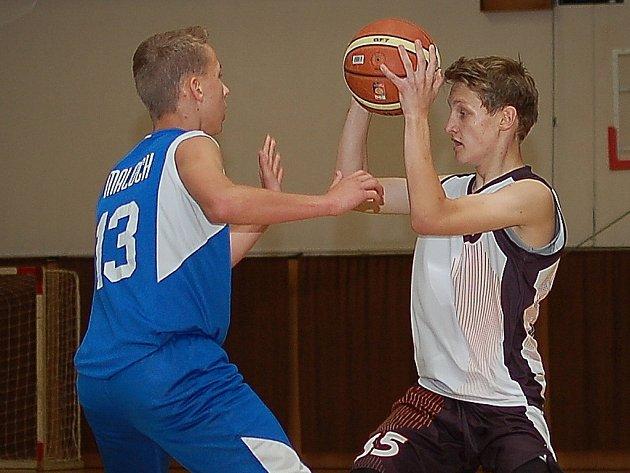 STŘELEC. Daniel Plášil (vpravo) dokázal, že je pro Pelhřimov klíčovým hráčem. V zápasech kvalifikace zaznamenal 49 bodů.