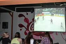 Povedený začátek ze strany našich hokejistů bohužel ukončili kanadští hráči prvním gólem. Zápas sledovali i hosté humpolecké restaurace Tennessee.