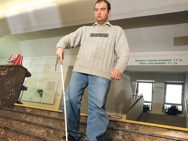 """Aleš Klabouch z Lásenice na Jindřichohradecku trpí degenerativní pigmentací sítnice, má takzvané trubicové vidění. Což znamená praktickou slepotu. """"Chytám jenom obrysy,"""" říká třicetiletý student pelhřimovské hotelovky."""