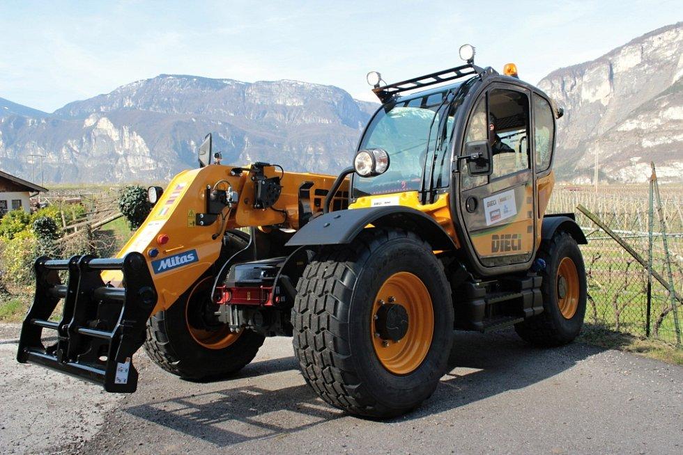 Cesta do Itálie bývá oříškem i pro zkušeného řidiče osobního či nákladního vozu. To, že se 850 kilometrů z městečka u italské Parmy do Jiřic dá ujet i s manipulátorem, dokázala minulý týden humpolecká firma Manatech, která má centrálu v Jiřicích.