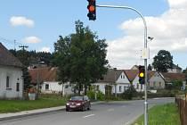 Nižší rychlost mají zajistit v Zajíčkově dva nové zpomalovací semofory ve směrech od Pelhřimova a od Horní Cerekve.