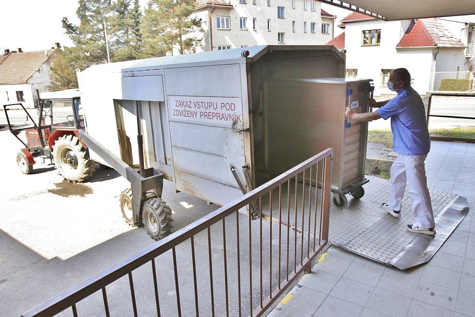 Pelhřimovská nemocnice je jediná v Česku, kde obědy rozváží traktor.