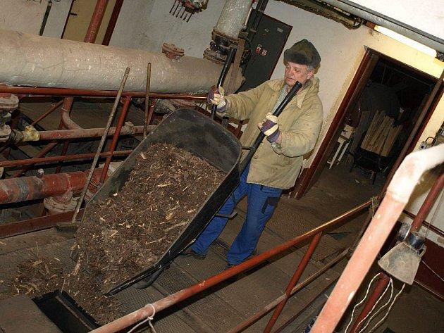Školní topič Jiří Vokřál (na snímku) si vytápění biomasou pochvaluje. Nejen, že ušetří, ale vytápění biomasou je také šetrnější k životnímu prostředí.