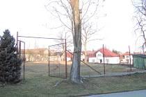 Tenisový kurt v Libkově Vodě je nyní zarostlý a nikdo na něm tenis nehraje. V budoucnu by si tam děti mohly chodit zahrát třeba florbal.