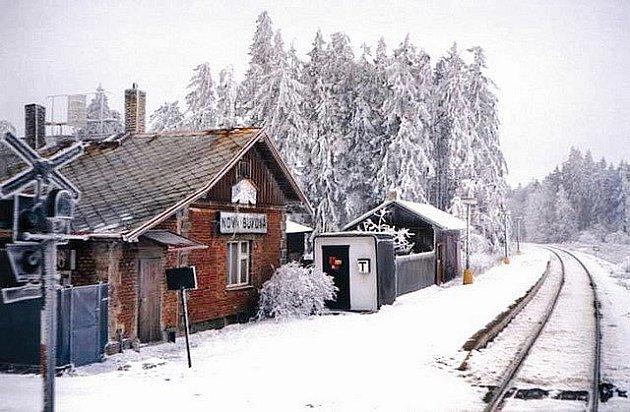 Zastávka Nová Buková leží na trati mezi Pelhřimovem a Horní Cerekví.