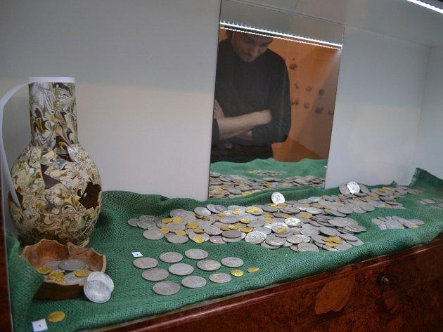 Hned z několika pohledů výjimečný poklad nalezený v září loňského roku u Horních Rápotic na Humpolecku je do neděle k vidění v humpoleckém výstavním sále muzea na Dolním náměstí.