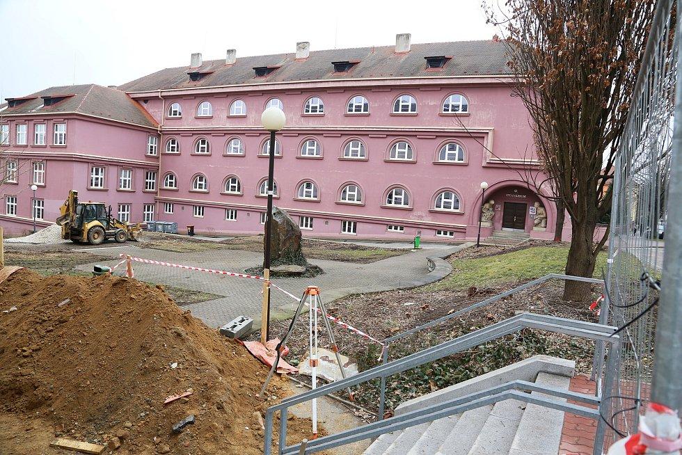 Záměrem úprav prostranství v Jirsíkově ulici v Pelhřimově je rekonstrukce povrchů a navazujícího prostoru mezi školami.